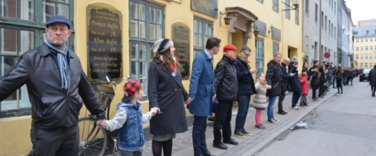 Danes form Ring of Peace around Copenhagen synagogue